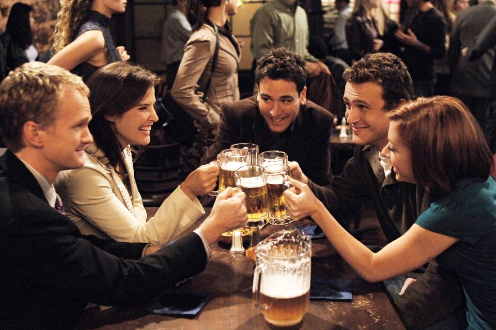les 5 de HIMYM trinquent au pub