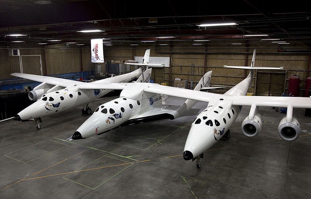 SpaceShipTwo (au centre) et l'avion porteur WhiteKnight Two