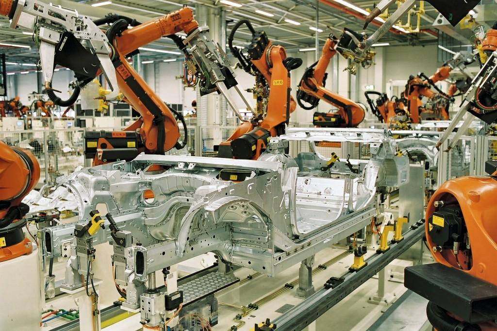 robot fabriquant des voitures dans une usine