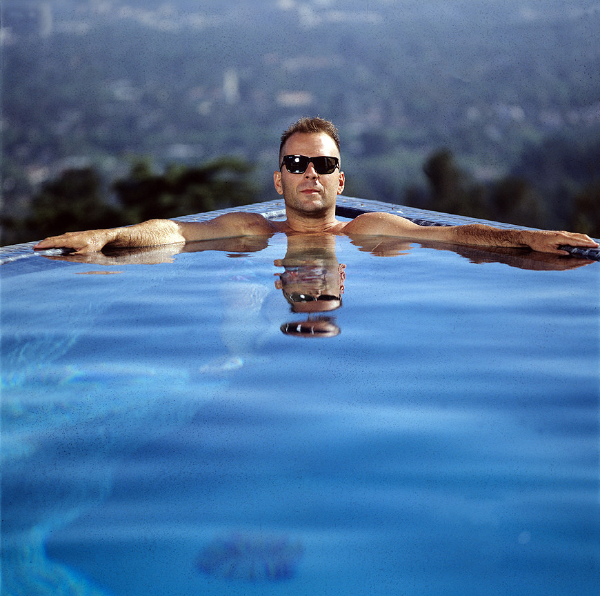 bruce-willis-piscine