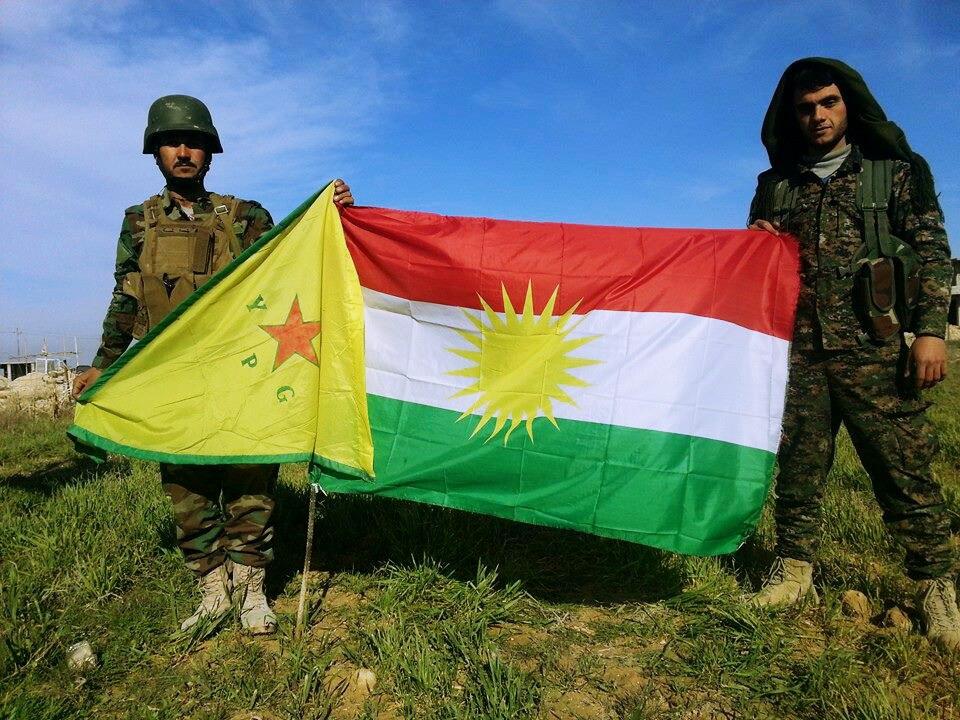 Un milicien kurde syrien de l'YPG et un peshmerga kurde irakien - CC - Kurdishstruggle